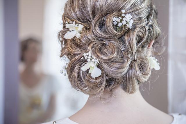 Perfekcyjnie dopasowana fryzura ślubna!